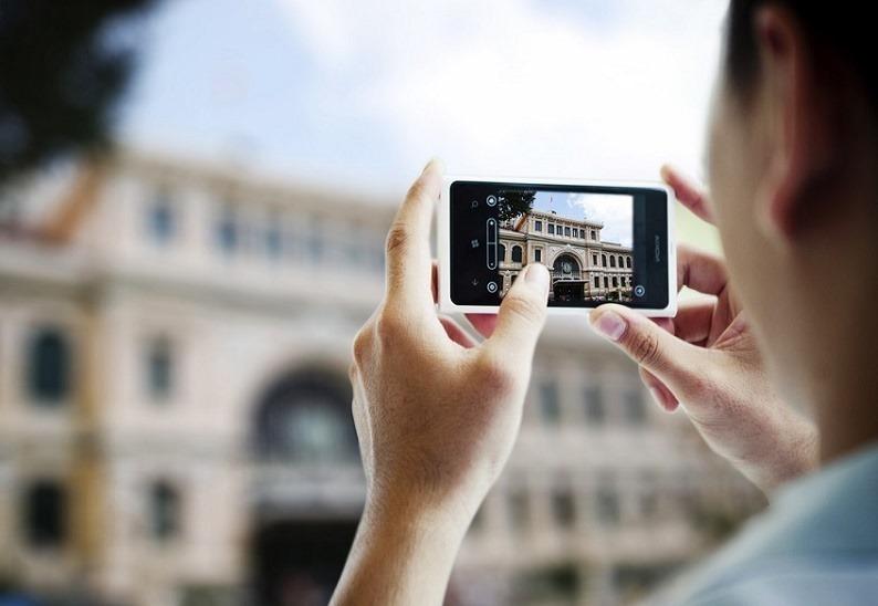 nokia-lumia-800-white-lifestyle-photo-of-old-building